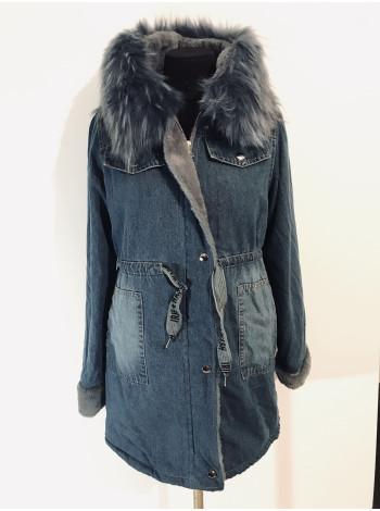 Джинсовая удлиненная куртка QIBM c серым мехом